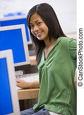 schoolgirl, sentando, frente, um, computador, em, um, escola secundária, classe