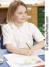 schoolgirl, studerend , in, klaslokaal