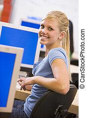 schoolgirl, zittende , voor, een, computer, in, een, secundair onderwijs, stand