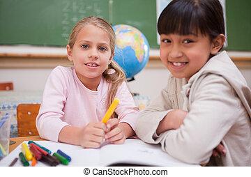 schoolgirls, tekening, terwijl, kijken naar van het fototoestel