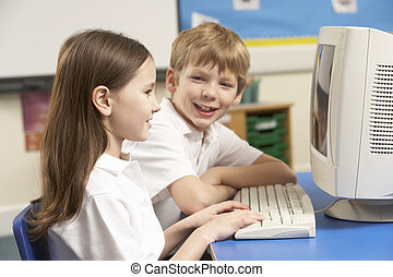 schooljeugd, in, de klasse van it, het gebruiken computer
