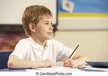 schooljongen, studerend , in, klaslokaal