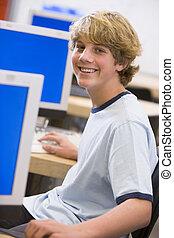 schooljongen, zittende , voor, een, computer, in, een, secundair onderwijs, stand
