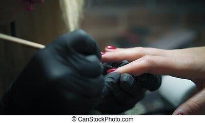 schoonheidspecialist, in, black , handschoenen, zacht, schilderij, van een vrouw, spijkers, met, mager, borstel, in, spijker, salon., dichtbegroeid boven, manicure, behandeling, in, knapheid salon, met, professioneel, draadnagel borstel