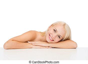 schoonmaken, gezicht, en, schouders, van, mooi, jonge vrouw