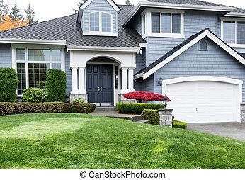 schoonmaken, thuis, gedurende, herfst, seizoen, met, rode esdoorn, en, groene, voorste yard