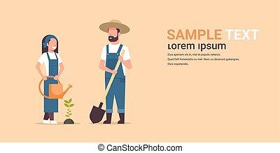 schop, tuinieren, concept, landbouwkundig, aanplant, werkende , landbouwers, watering, jonge, vasthouden, plat, vrouw, tuin, paar, gardeners, horizontaal, kopie, man, volle, ruimte, boompje, lengte, groenteblik