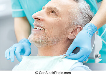 schot knipte, van, het glimlachen, middelbare leeftijd , patiënt, en, tandarts, in, medisch, handschoenen