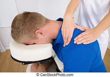 schouder, fysiotherapeut, masserende handen,  man's