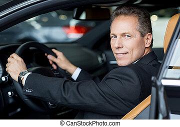 schouder, vrolijk, liefde, zittende , dit, auto, op, formalwear, het kijken, auto., senior, aanzicht, bovenkant, man