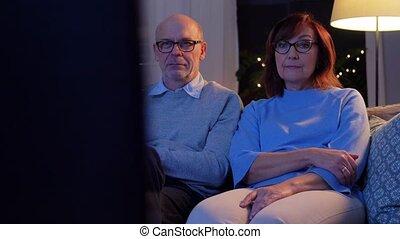 schouwend, gelukkig paar, avond, senior, thuis, tv