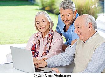 schouwend, huisbewaarder, draagbare computer, gebruik, senior koppel
