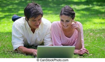 schouwend, paar, draagbare computer, vrolijke