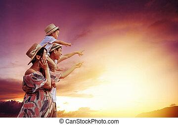 schouwend, vrolijke , ondergaande zon , staand, gezin