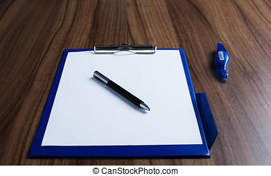 Schreibtisch mit weissem Blatt Papier und stift