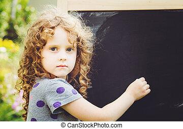 schrijft, blackboard., krijt, meisje, opleiding, concept., verstevigend
