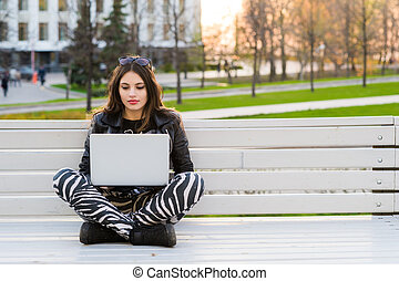 schueler, sitzen, laptop, bank, schauen, fotoapperat, weibliche , draußen, porträt, glücklich