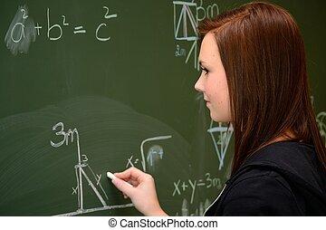 Schuelerin an der Schultafel - Teenager bei Berechnungen an...