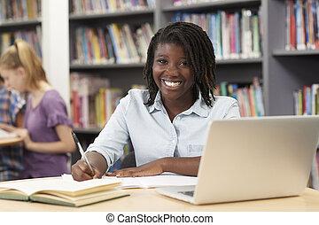schule- kursteilnehmer, arbeitende , laptop, buchausleihe, hoch, weibliche , porträt
