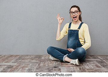 schwanger, glückliche frau, machen, okay, gesture.