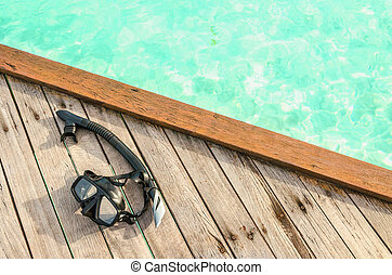 schwarz, maske, für, snorkeling, auf, a, hölzern, fleck, gegen, azur, wasser