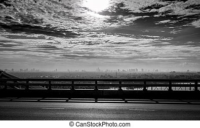 schwarz weiß, paßte, ansicht, von, der, brücke, von, stadt, bei, der, fluß, und, himmelsgewölbe, und, weißes, clouds., traurige , hoffnungslos, und, tod, hintergrund., stadt, luftverschmutzung, und, treibhauseffekt, concept., schlechte, luft, quality.