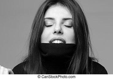 schwarz weiß, porträt, von, a, junge frau, bisse, sie, pullover