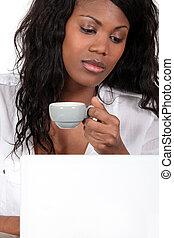 schwarze frau, kaffeetrinken