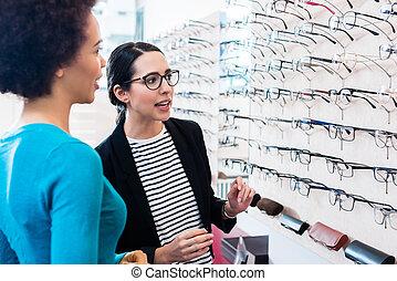schwarze frau, prüfen, brille, in, optiker, regal