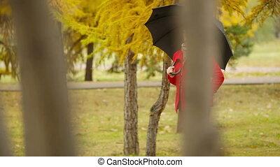 schwarzer schirm, roter mantel