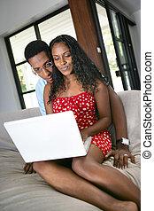 schwarzes, gesessen, sofa, surfen internets