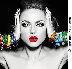 schwarzes weißes foto, von, schöne frau, modell, mit, frisch, alltaegliches, aufmachung, mit, rote lippen, farbe, und, sauber, gesunde, haut