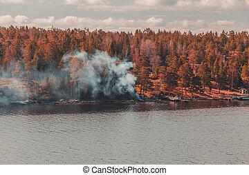 schweden, stockholm, archipel, rauchwolken, kommen, von, a, feuer, gemacht, zu, warm, a, kaltes wasser, bad, draußen, der, hütte