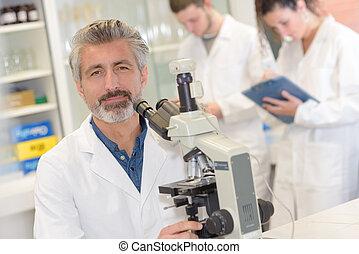 scientifique, chercheur, microscope, utilisation, laboratoire, mâle