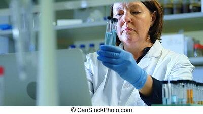 scientifique, femme, 4k, expérimenter, laboratoire