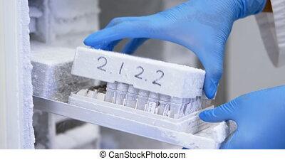 scienziato, apertura, provetta, scatola, da, congelatore, 4k