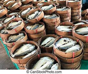 scombro, pesce steamed, cesti