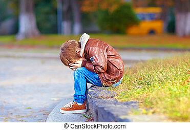 scombussolare, capretto, ragazzo sedendo, solo, in, parco città