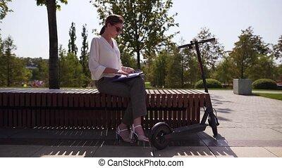 scooter., banc, jeune, électrique, parc, indépendant, ...