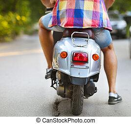 scooter, jovem, rua, Montando, ao longo, homem, parte traseira, vista