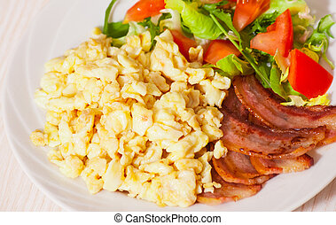 scrambled eggs with bacon and salad