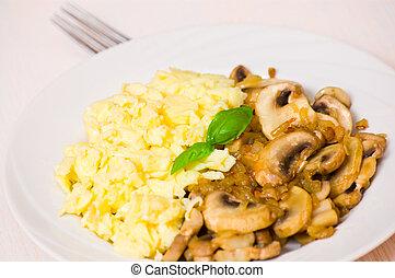 scrambled eggs with champignon