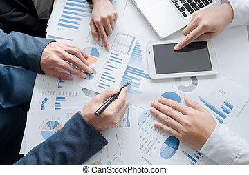 scrivania, lavorando ufficio, tavoletta, mani, colpo., pianificazione aziendali, squadra, vista superiore
