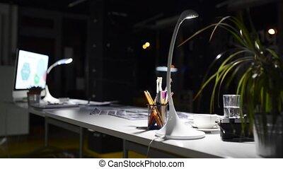 scrivania ufficio, notte, con, computer.