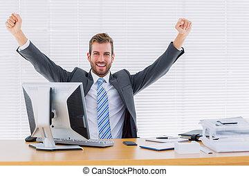 scrivania, uomo affari, serraggio, allegro, ufficio, pugno