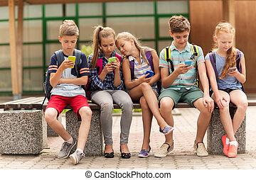 scuola elementare, studenti, con, smartphones