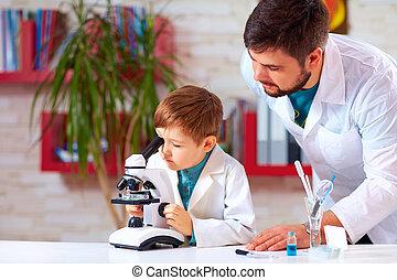 scuola, microscopio laboratorio, esperimento, aiuta, condotta, insegnante, capretto