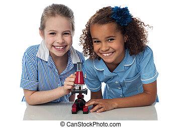 scuola, microscopio, ragazze, giovane, gioioso