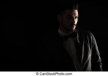 scuro, colpo studio, di, uno, giovane, uomo affari
