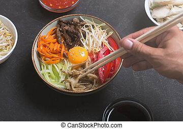 scuro, volerci, verdura, tradizionale, fondo., bastoncini, uomo, piatto, pietanza, usando, riso, bibimbap, asiatico